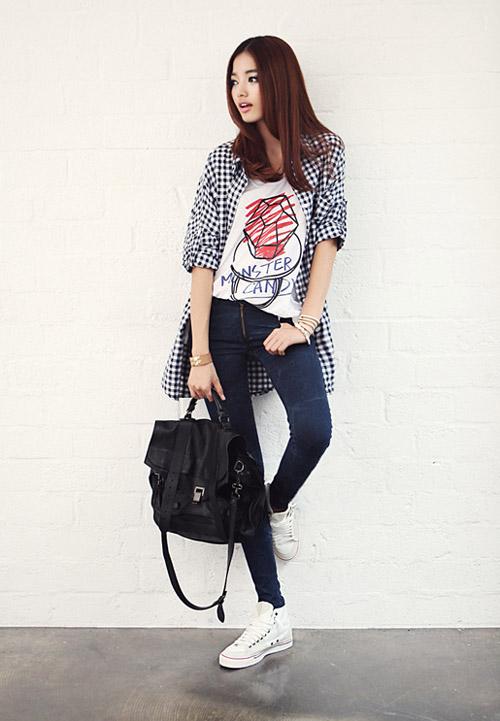 Áo thun nữ với quần jean cá tính năng động